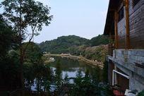 餐厅一角附近的水库景色