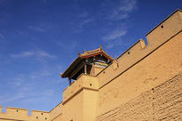 仰视嘉峪关城墙