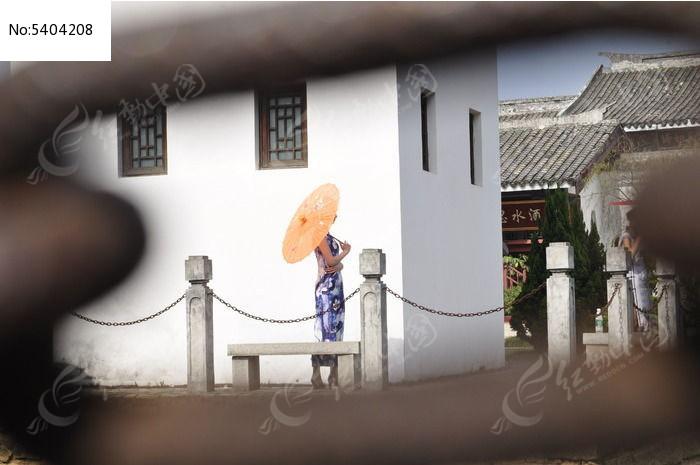 穿旗袍撑着油纸伞的女性图片