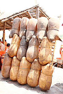 黄河古老的交通工具羊皮筏子