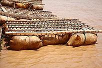 黄河中古老的交通工具羊皮筏子