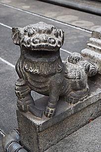一只狮子雕塑