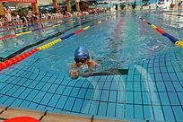 冲向终点的游泳选手