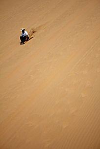 宁夏中卫沙坡头的滑沙的游人