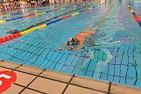女子洼泳比赛现场