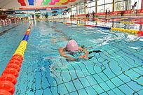 拼力划水的游泳运动员