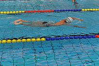 游泳馆赛道里游泳的少年
