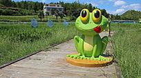 青蛙吉祥物蹲立在稻田