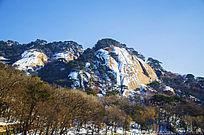 冬天的千山云潭附近的山峰与树林