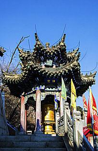 冬天的千山大佛寺龙华堂右侧的消愆亭