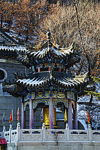 冬天的千山大佛寺龙华堂左侧的消愆亭