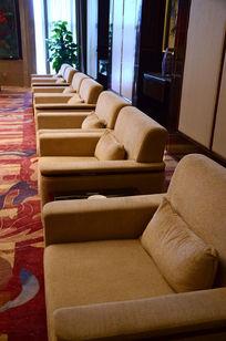 会议室一排高档布沙发座椅特写