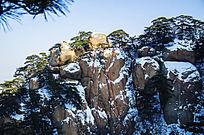 雪天的千山天成弥勒佛山横图