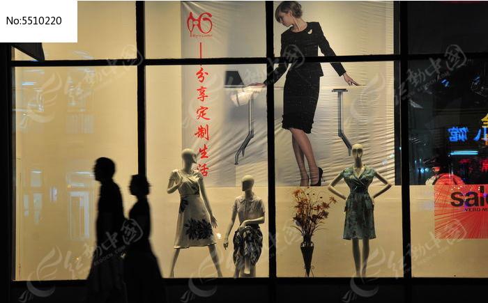 商业街的时尚橱窗图片