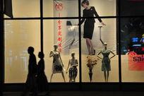 商业街的时尚橱窗