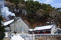 冬天的千山圆通观建筑近景与山林