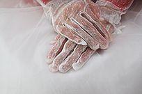 婚纱新娘戴着的白纱手套的手部特写