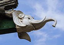 千山龙泉寺五观堂房檐上的象头雕塑