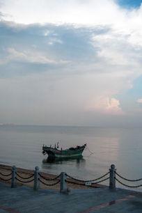 岸边的小渔船