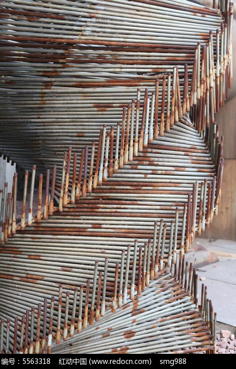 北京798废弃细铁棍螺旋造型