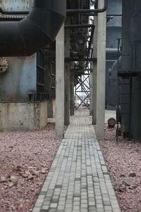 北京798文化艺术区废弃工厂里的小路