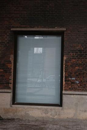 北京798艺术区砖墙上的玻璃窗背景素材