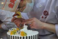 糕点师在制作吉祥牛生日蛋糕