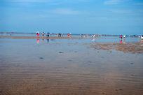 海边的游客