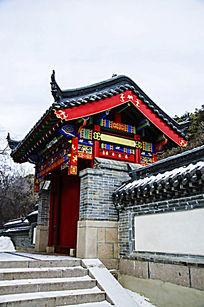 千山财神庙右侧的门楼式建筑