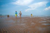 沙滩上赶海的人