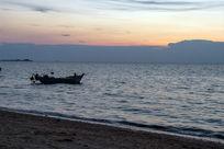 晚霞映照的海滨