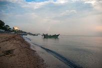 岸边的渔船