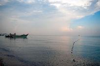 捕捞归来的渔船