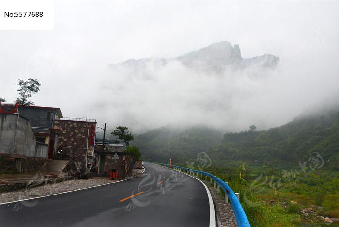 河南林州市石板岩旅游公路与旁边的民居村庄高清图片下载 编号图片