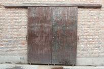 红砖墙上的推拉旧铁门背景素材