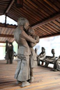 铜雕怀抱女人的老头