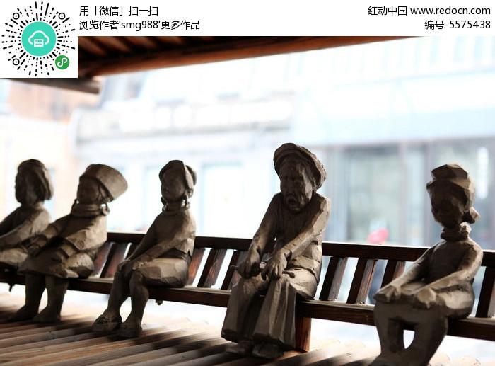 妇女坐上市长椅