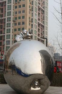 798不锈钢雕塑大苹果上的小男孩