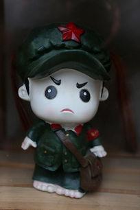 穿军装的红卫兵卡通雕像