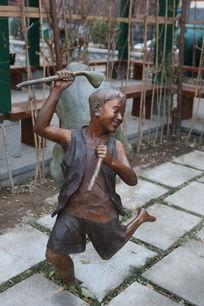 穿马褂的小男孩摘莲蓬铜雕像