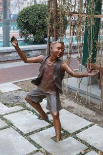 穿马褂的小男孩做武术动作铜雕像