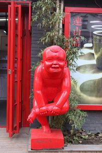 大红穿肚兜小男孩雕像