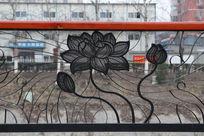 公园栏杆上的莲花铁艺雕刻