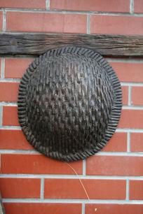 挂在墙上的藤编安全帽石雕