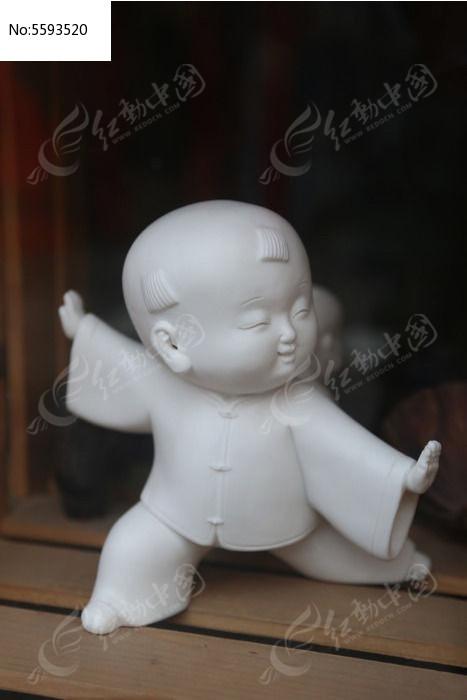 可爱的小朋友练武术雕像