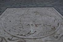 莲花河公园地面上的莲花雕刻