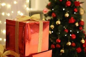 圣诞礼盒与圣诞树节日素材