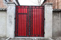 水泥墙面红底黑边铁艺大门背景素材