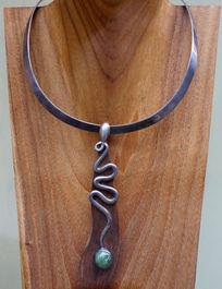 银饰项链和绿宝石