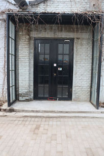 砖墙上的铁框玻璃大门背景素材